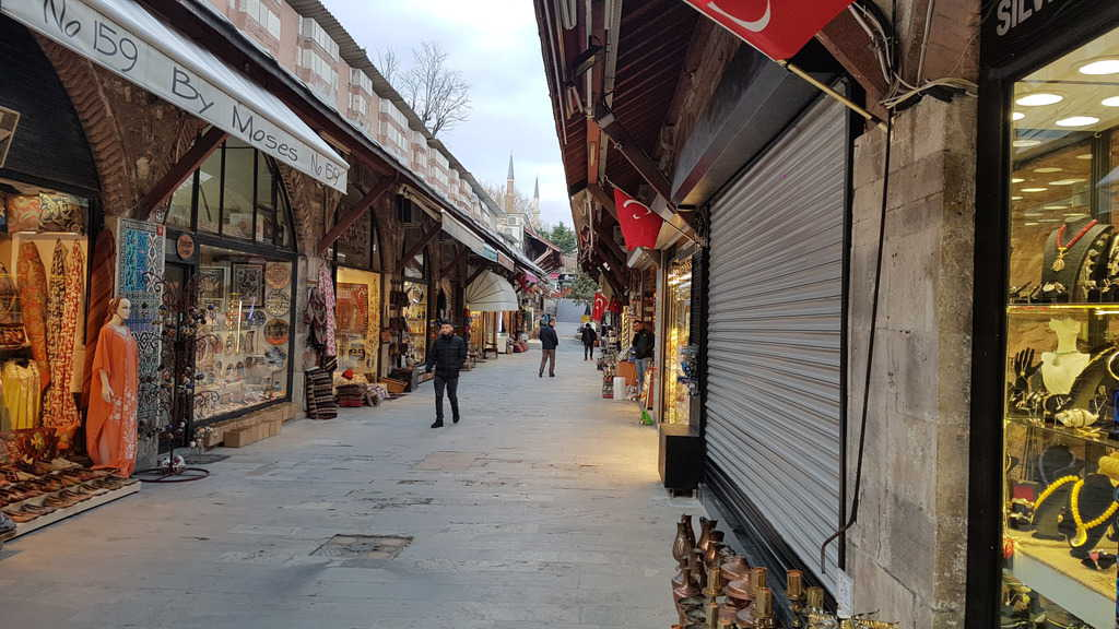 """Базар при """"Султанахмет"""" в Истанбул–в очакване на туристи. Снимка: Зорница Илиева"""
