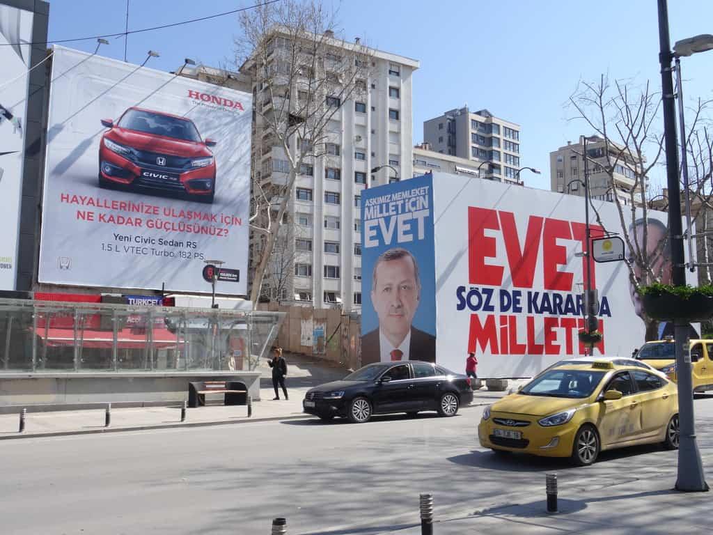 """Внушителни реклами в подкрета на """"да""""-то на референдума на най-дългата търговска улица в Истанбул """"Багдат джадеси"""". Снимка: Зорница Илиева"""