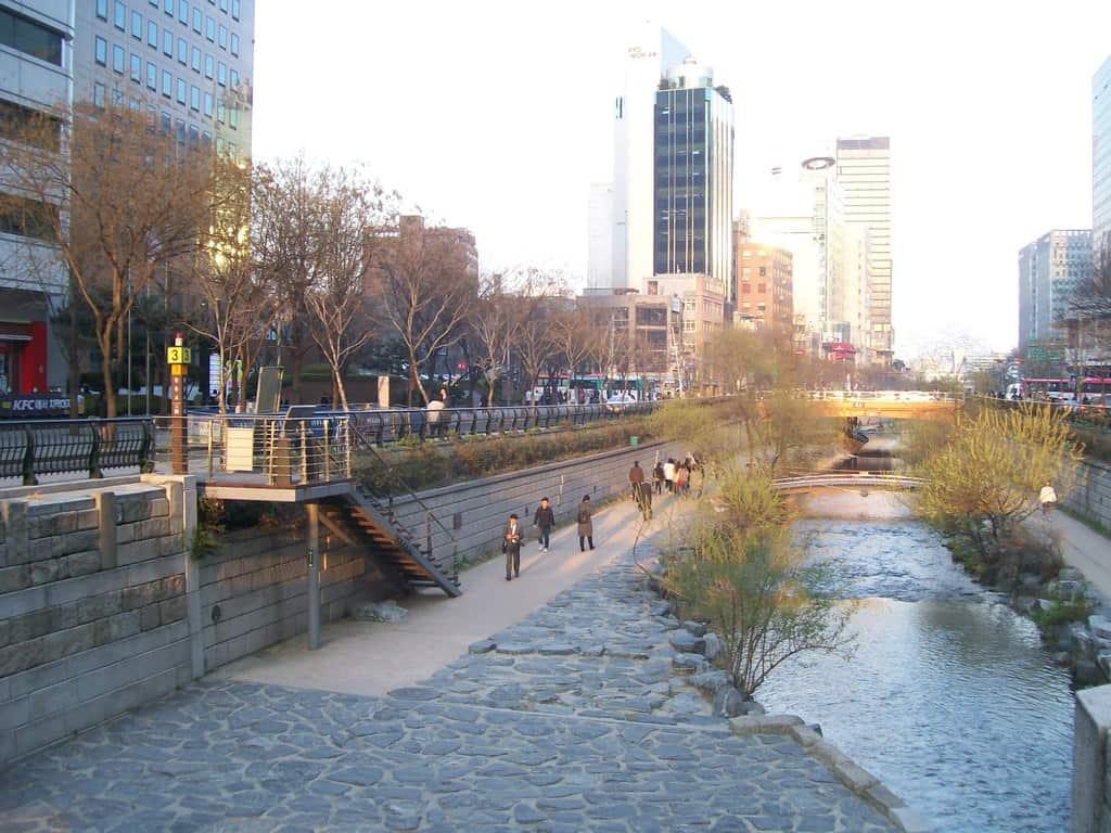 В деловия център на Сеул на повърхността е извадена малка река, която по-рано е протичала в подземен канал. Сега са оформили около отвореното ѝ корито и зона за разходки–за да се хуманизира градската среда. Снимка: Къдринка Къдринова