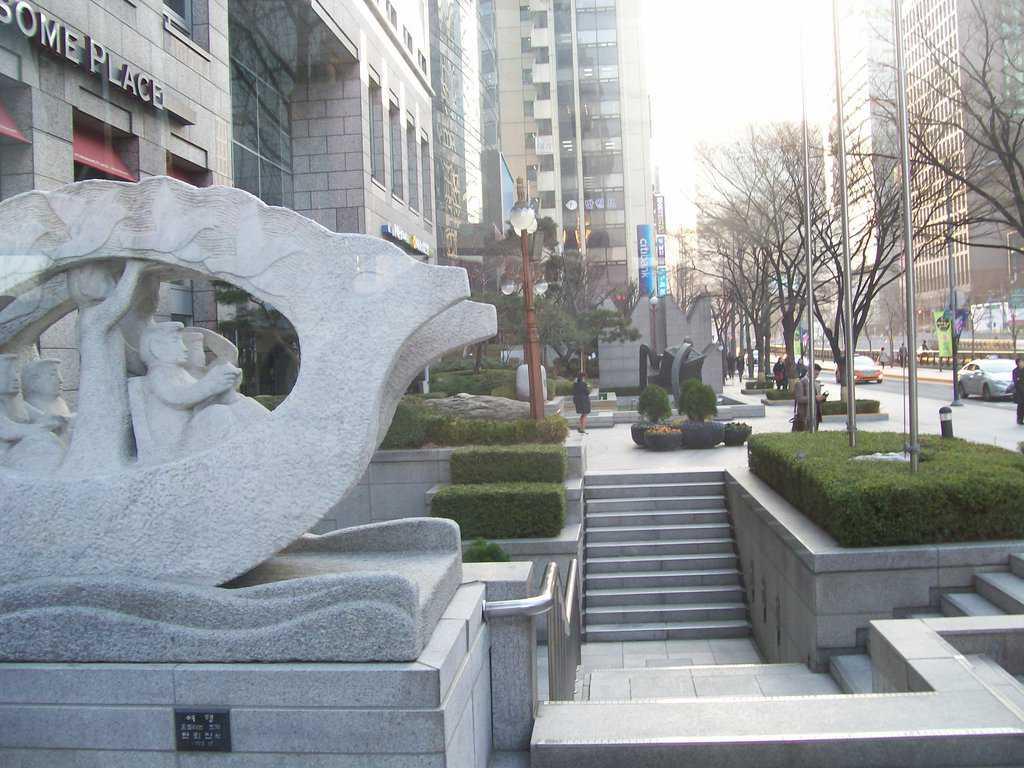 Скулптури и артистично оформени зелени кътове разнообразяват уличната картина в южнокорейската столица. Снимка: Къдринка Къдринова
