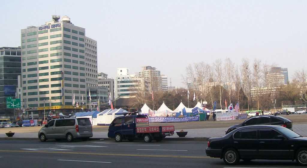Градинката в центъра на Сеул с палатките на протестния лагер на поддръжниците на свалената за злоупотреби президентка Пак Гън Хе. Снимка: Къдринка Къдринова