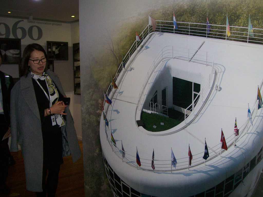 Така изглежда отгоре сградата на Музея на тоалетната в Суон, обяснява екскурзоводката пред фотос вътре в самия музей. Снимка: Къдринка Къдринова