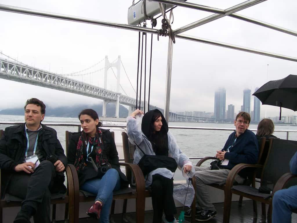 Участници в Световната журналистическа конференция по време на разходка с корабче в залива на Пусан. Снимка: Къдринка Къдринова