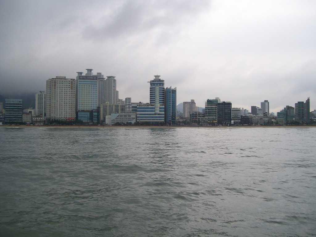 Поглед към Пусан откъм дъждовното море. Снимка: Къдринка Къдринова