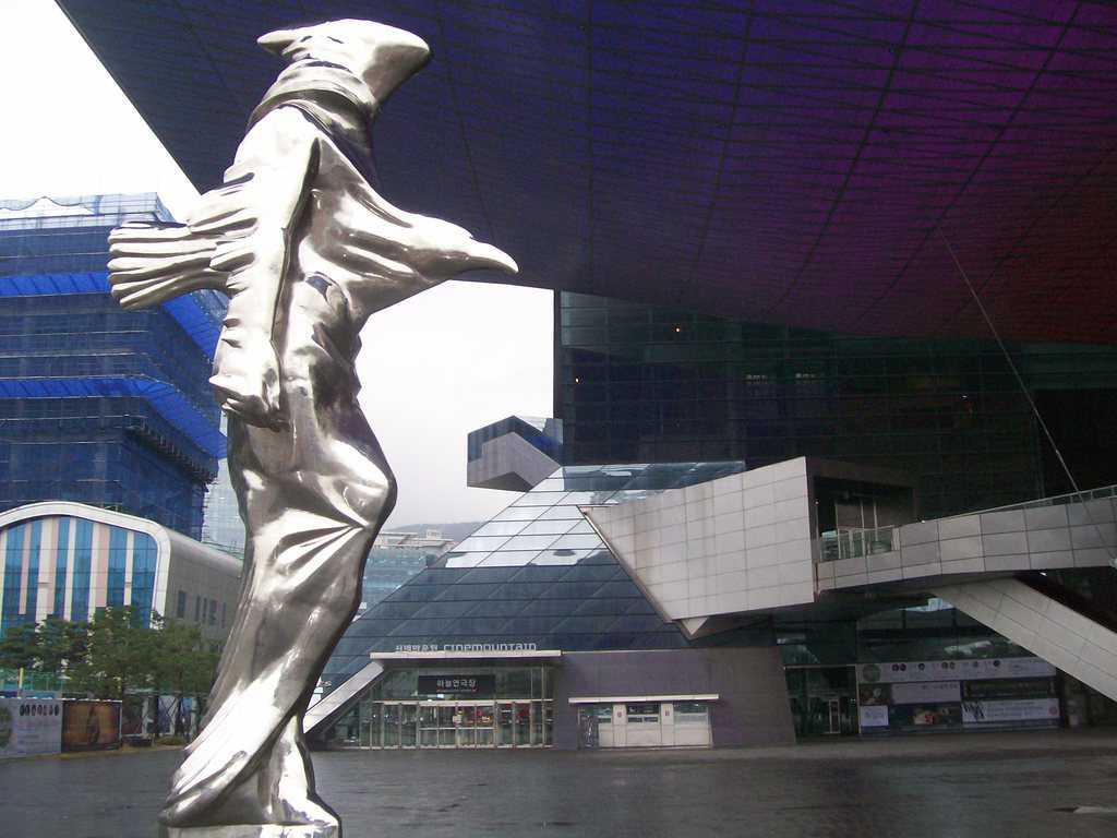 Тази необичайна скулптура пред Пусанския филмов център е и негов символ. Снимка: Къдринка Къдринова