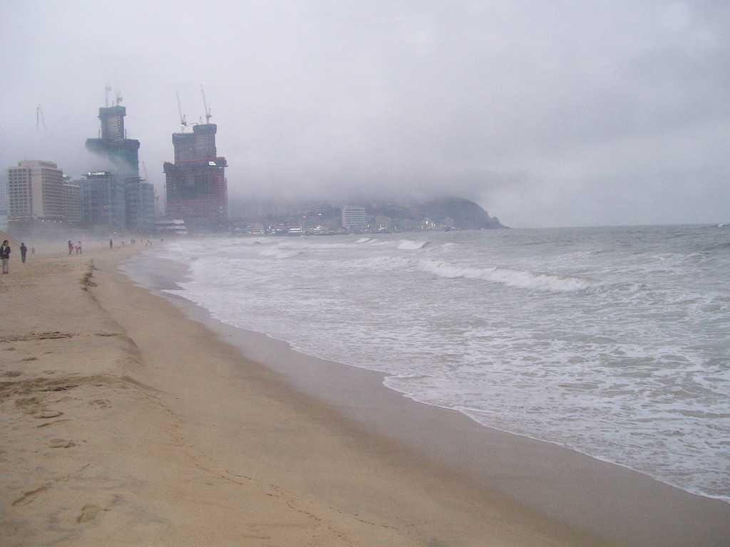Плажовете на Пусан са широки и с чудесен пясък, но лошото време ни ги показа в мрачни и мъгливи тонове. Снимка: Къдринка Къдринова