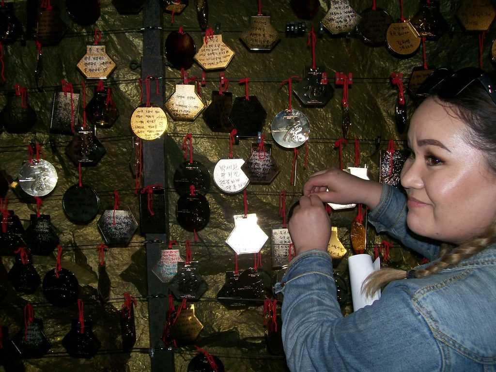 """""""Златните"""" плочки с желанията на посетителите на пещерата край Куанмьон, които се очаква да изполнят подземните духове. Снимка: Къдринка Къдринова"""