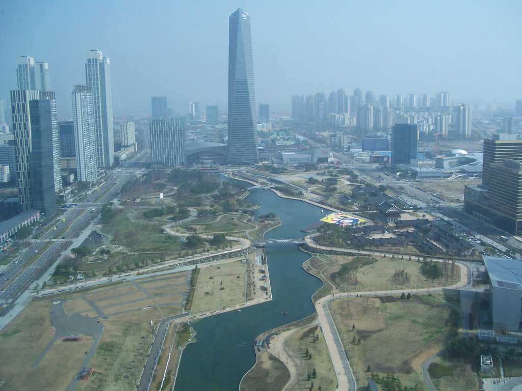 Поглед от панорамния 35-ти етаж на Кулата IBS към Сонгдо в Свободната икономическа зона на град Инчон. Точно отсреща е 308-метровата Търговска кула на Североизточна Азия–най-високата засега сграда в Южна Корея. Снимка: Къдринка Къдринова