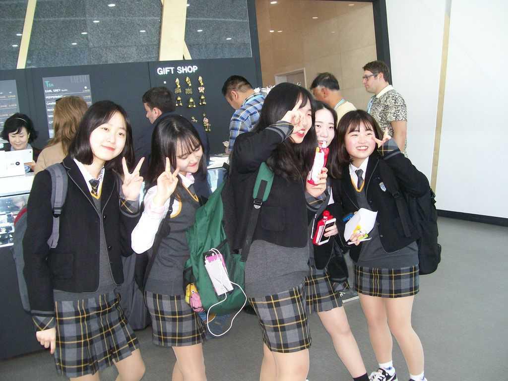 Южнокорейски ученички на панорамния 35-ти етаж на Кулата IBS в Сонгдо. Снимка: Къдринка Къдринова