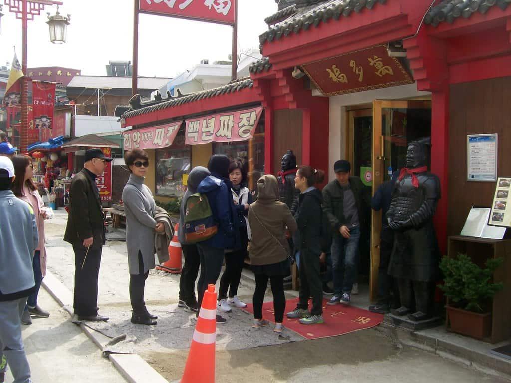 В Китайския квартал има и опашки–например за място в този китайски ресторант, излъчващ вкусни аромати. Снимка: Къдринка Къдринова