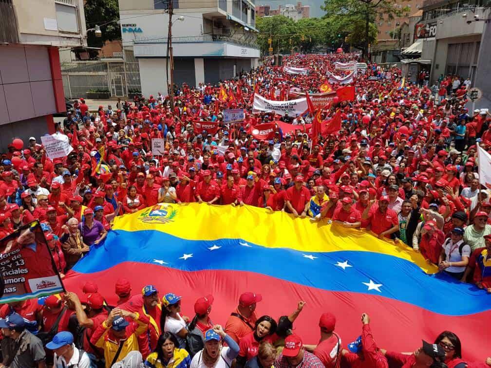 Хората скандираха лозунги в подкрепа на революцията и развяваха венесуелски знамена. Снимка: resumenlatinoamericano