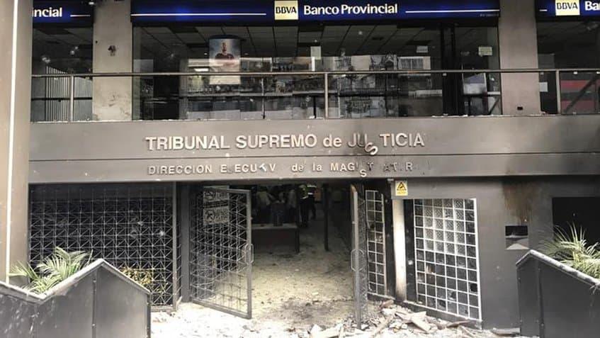 Дело на опозиционни вандалски групи е нападението и опожаряването на сградата на Върховния съд в Каракас. От вандалщината пострада и намираща се в същата сграда чуждестранна банка. Снимка: resumanlatinoamericano