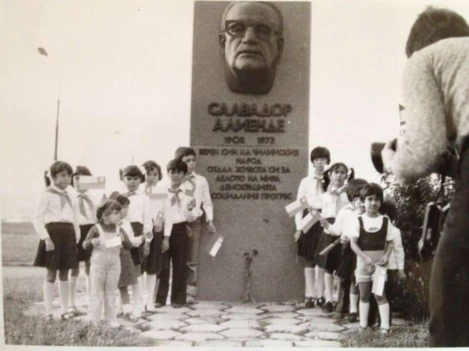 Снимка от 1981 г. – пред паметника на Салвадор Алиенде в София на скулптора Павел Койчев са се събрали деца на чилийски емигранти у нас. Инициативен комитет се бори от 2008 г. паметникът, унищожен по времето на Янчулев, да бъде възстановен. Снимка: Къдринка Къдринова