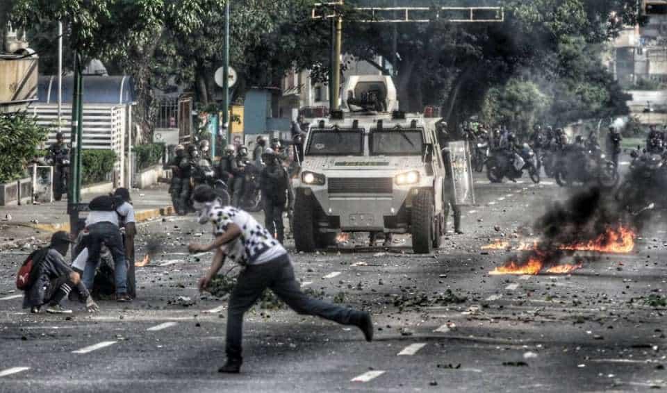 Опозиционните изяави на 19 и 20 април не минаха през станалите вече обичайни за тях акции на улично насилие и вандализъм. Снимка: elpais