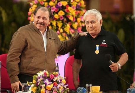 Даниел Ортега като президент награди преди три години Еден Пастора за партизанските му заслуги. Снимка: periodicohoy.com.ni