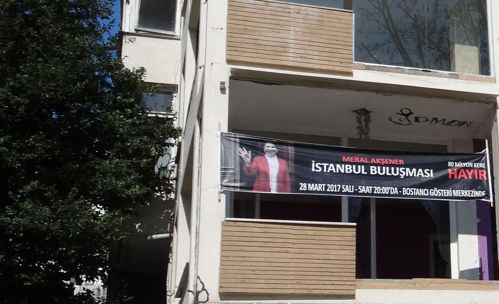 """Лозунг на сграда в Истанбул, призоваващ да се гласува с """"не"""" на референдума. На него е ликът на Мерал Акшенер. Снимка: Зорница Илиева"""