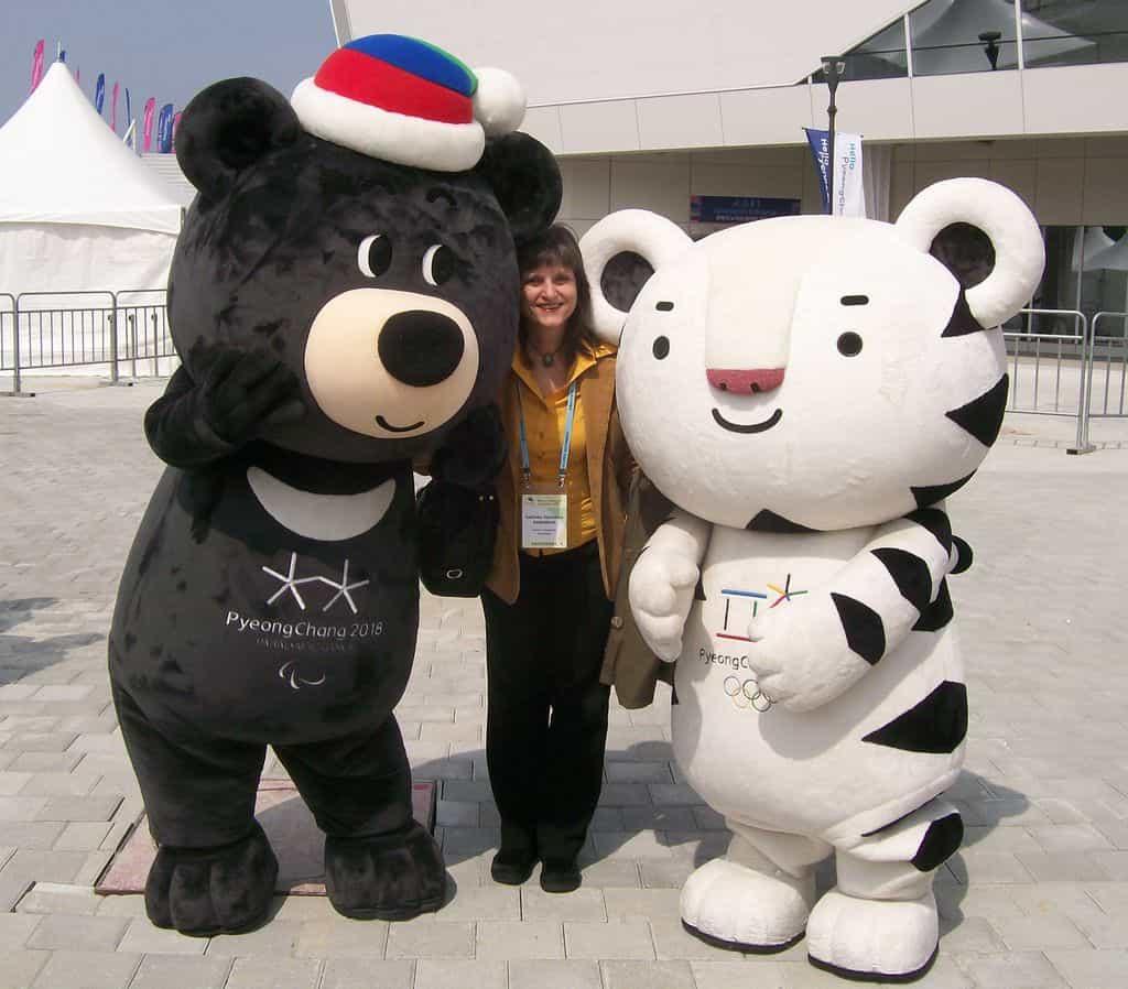 Снимка за спомен на авторката с олимпийските символи–мечето Бандаби и тигърчето Соохоранг