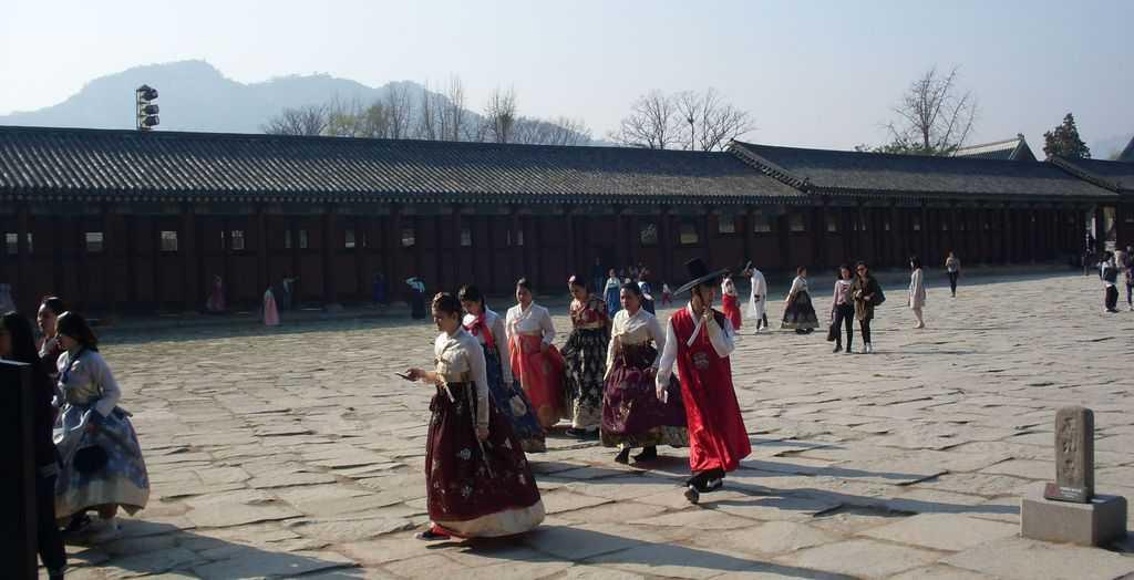 Носията ханбок–било в дамски, било в мъжки вариант–е предпочитано облекло сред южнокорейските посетители на двореца Кьонбокун. Снимка: Къдринка Къдринов