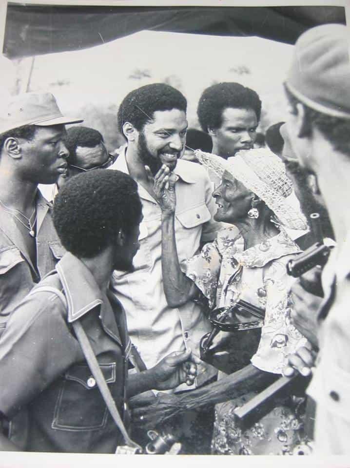 Премиерът левичар на Гренада Морис Бишоп (в средата) в разговор с народа малко преди убийството му през 1983 г. Снимка: архив