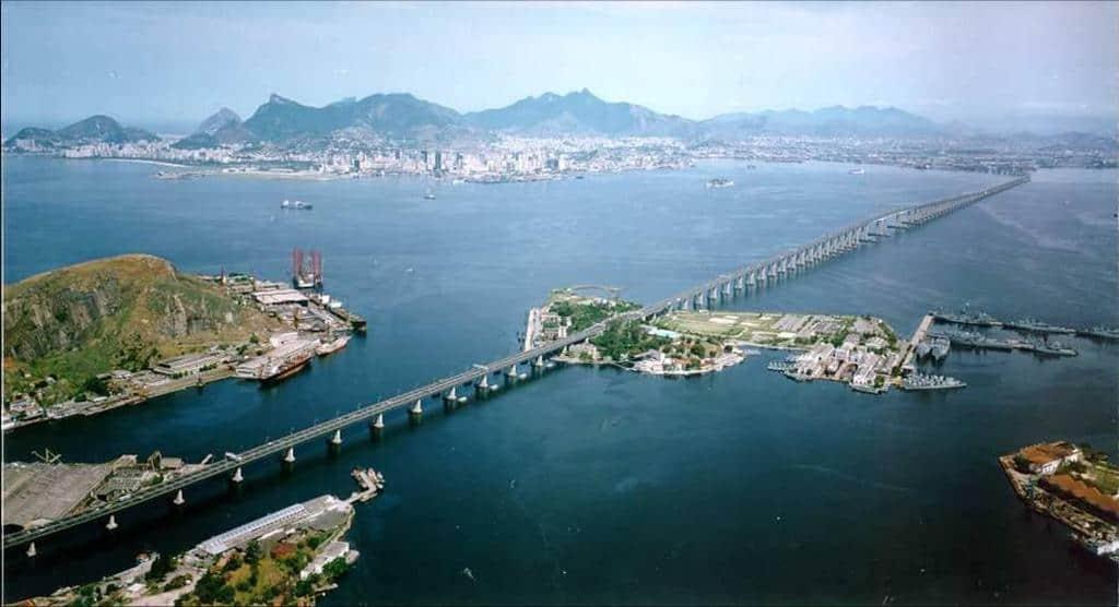 Един от най-дългите мостове в Латинска Америка–свързващият Рио де Жанейро с индустриалния му сателит Нитерой, също бе блокиран от стачниците. Снимка: SkyscraperCity