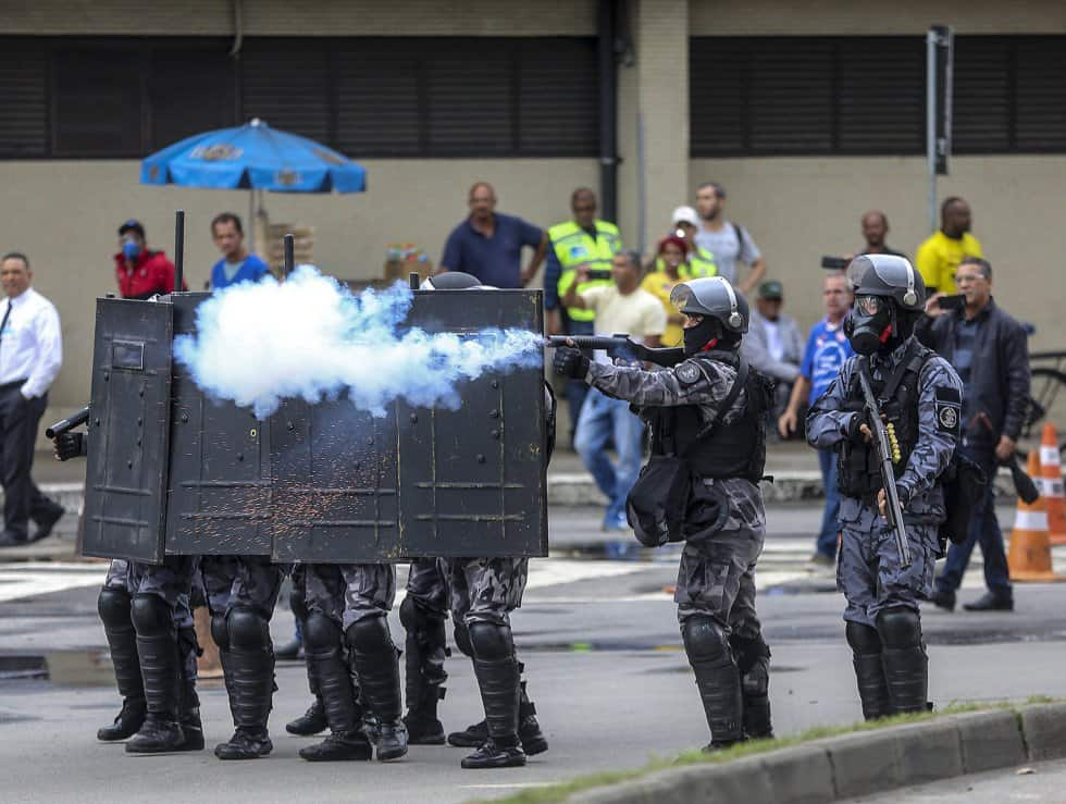 Полицията в Рио употреби гумени куршуми и сълзотворен газ срещу участниците в пътните блокади: Снимка: ЕФЕ