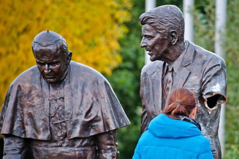 """През 2013 г. – 30 г. след инсталирането на ракетите """"Круз"""" и """"Пършинг"""" в Европа – злосторници откъснаха ръката на паметника на Рейгън с папа Йоан-Павел Втори в Гданск. Снимка: архив"""