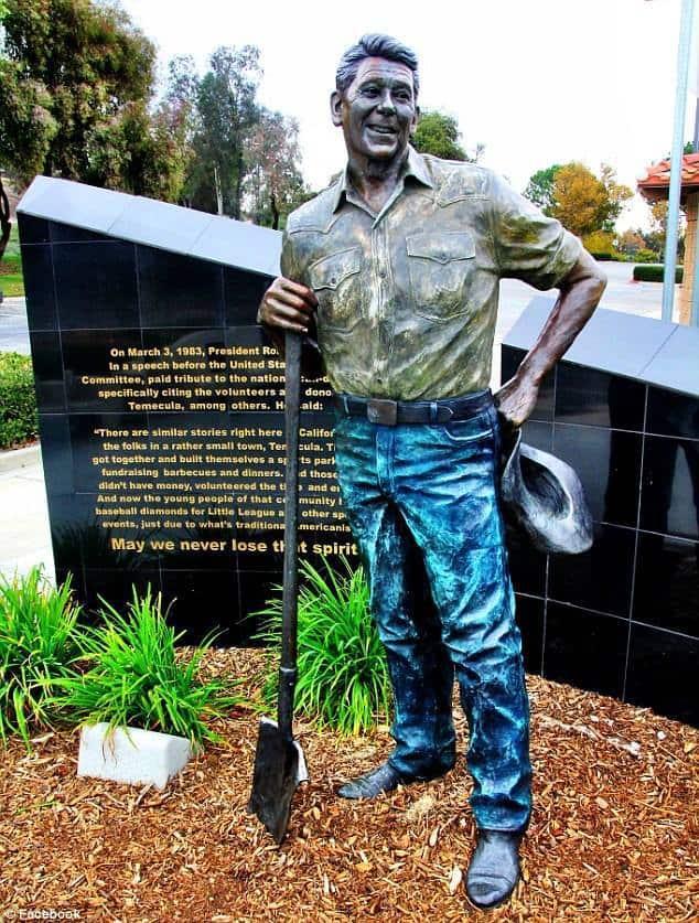 Паметникът на Рейгън в калифорнийската Темекула е бил хем подпалван, хем боядисван. Снимка: архив
