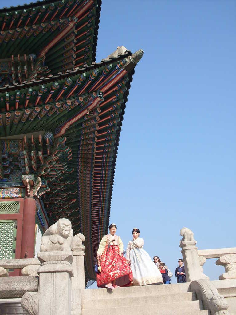Още две красавици в ханбок край тронната зала на Кьонбокун. Снимка: Къдринка Къдринова