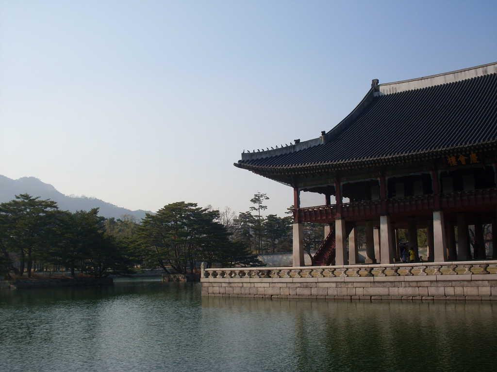 Гьонхору–тържествената зала за приеми на двореца Кьонбокун, е разположена на изкуствен остров сред езеро. Снимка: Къдринка Къдринова