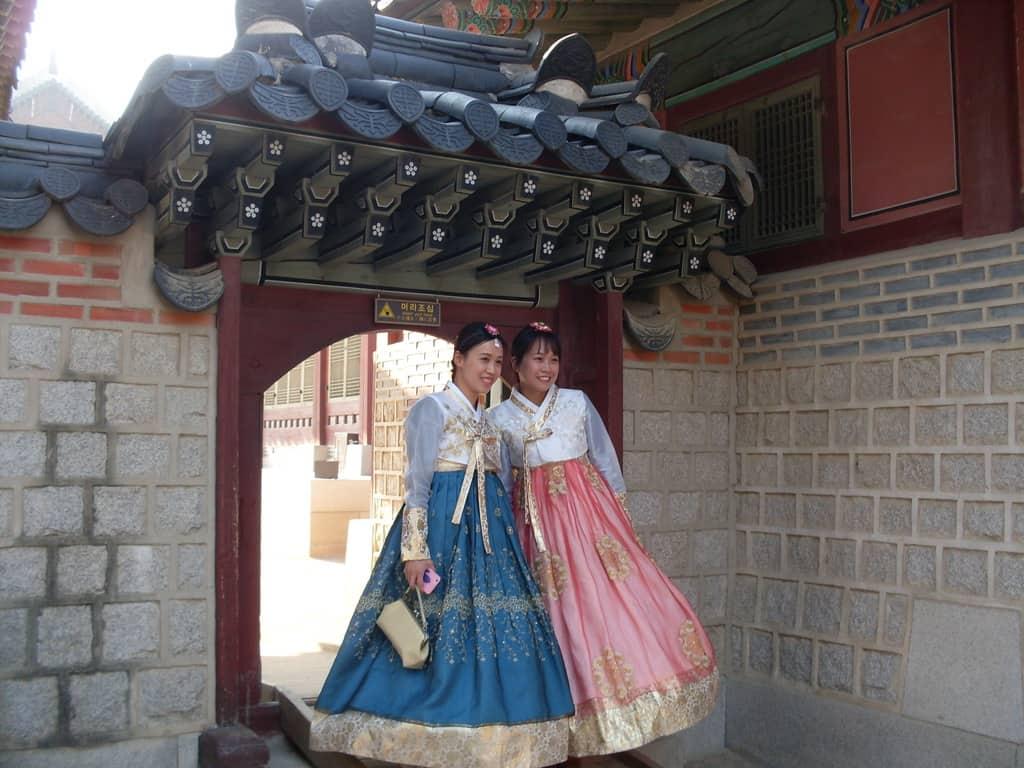 Две момичета в носии ханбок на един от порталите в Кьонбокун. Снимка: Къдринка Къдринова