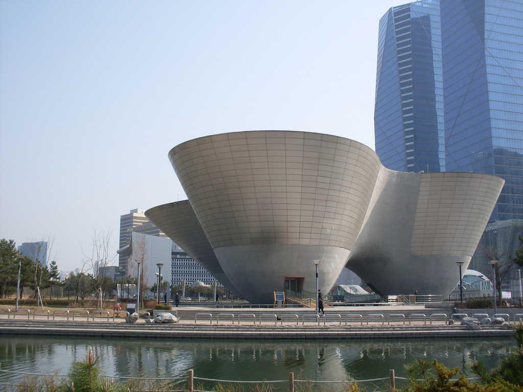 """Футуристичната архитектура на """"Зеления умен град"""" изпробва всякакви форми. Снимка: Къдринка Къдринова"""
