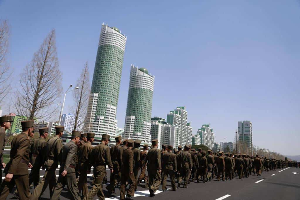 """Севернокорейски войници крачат по гордостта на правителството–новия булевард """"Рьомйонг"""" в Пхенян. Снимка: ЕФЕ"""