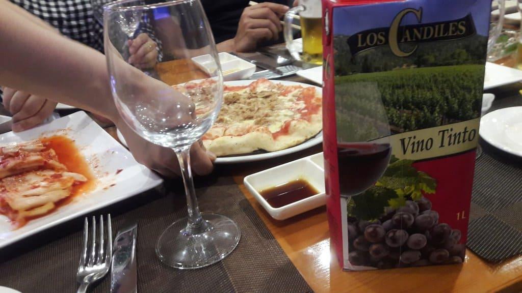 Испанско вно в картонена опаковка на трапеза в заведение в Пхенян. Снимка: Туитър