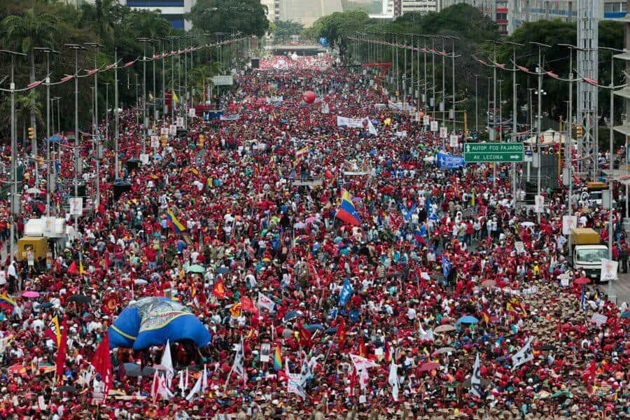 """Центърът на Каракас преля от """"червеното море"""" на чавистите. Снимка: resumenlatinoamericano"""