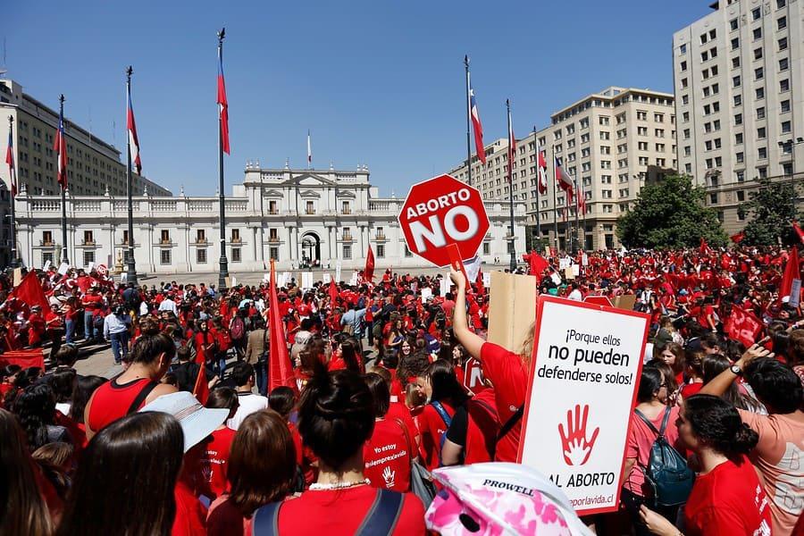 """Демонстрация на консерватори срещу правото на аборт пред президентския дворец """"Ла Монеда"""" в Сантяго–лобното място на президента социалист Салвадор Алиенде, който мечтаеше за свободните хора на бъдещето."""