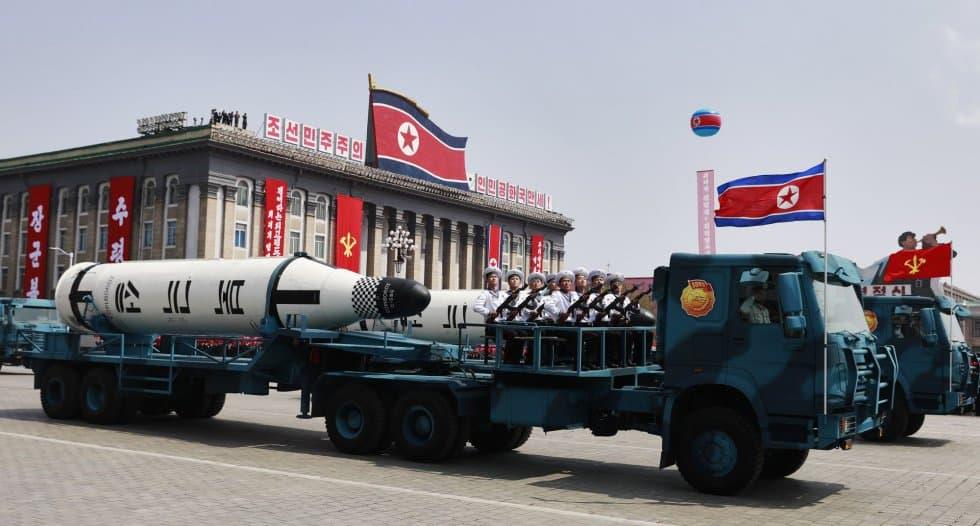 Показаната на парада в Пхенян бойна техника накара експертите да говорят за севернокорейски междуконтинентални ракети и за ракети за изстрелване от подводници. Снимка: EFE