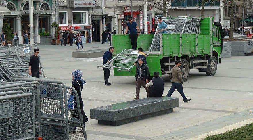"На площад ""Таксим"" вече слагад ограждения, подготвяйки се за очакваните демонстрации на 1 май. Снимка: Зорница Илиева"