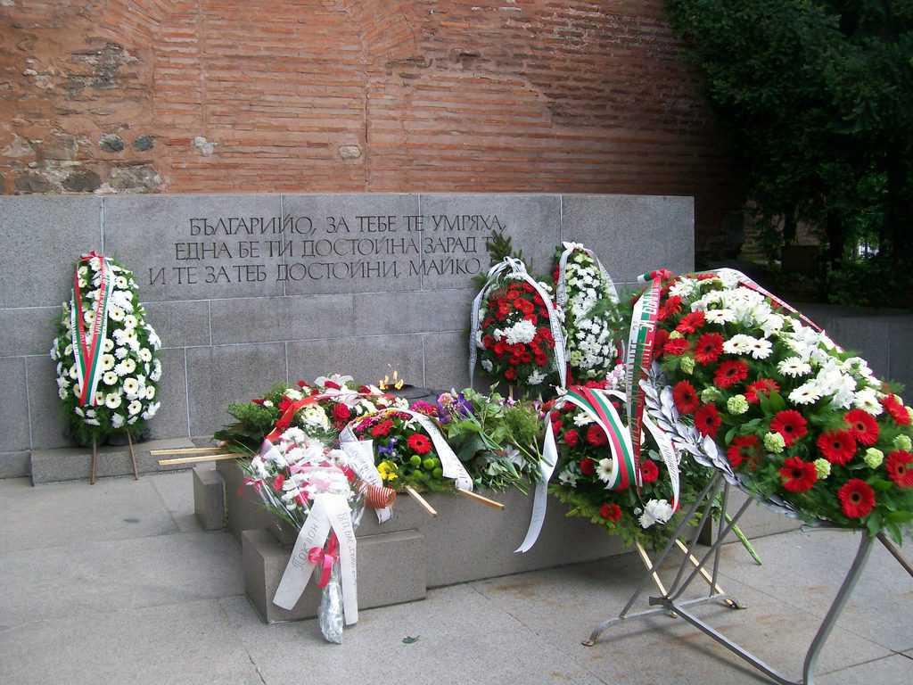 Мемориалът на Незнайния воин бе отрупан с венци и цветя. Снимка: Къдринка Къдринова