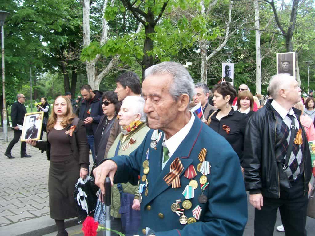В редиците на шествието крачеха и много ветерани, пряко участвали в събитията отпреди 72 години. Снимка: Къдринка Къдринова