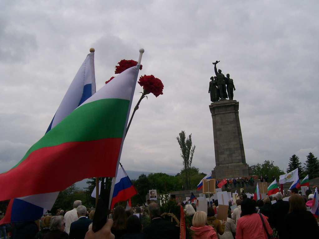 """""""Безсмъртният полк-България"""" се събра край паметника на Съветската армия. Снимка: Къдринка Къдринова"""