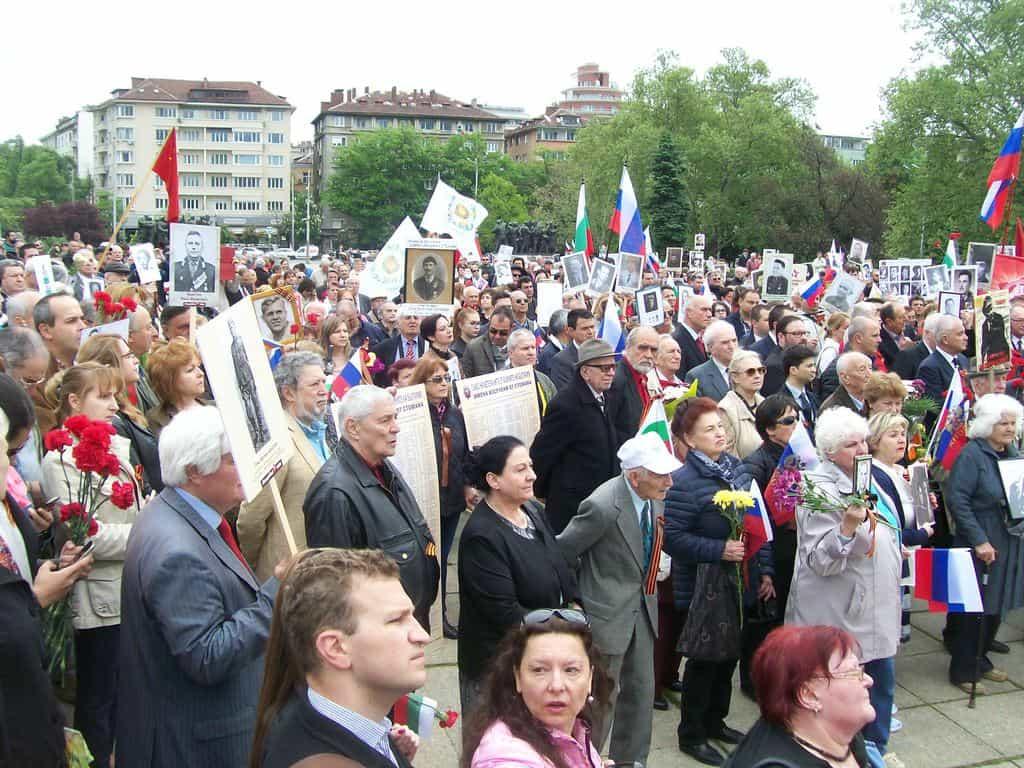 Част от хората, събрали се пред паметника на Съветската армия. Снимка: Къдринка Къдринова