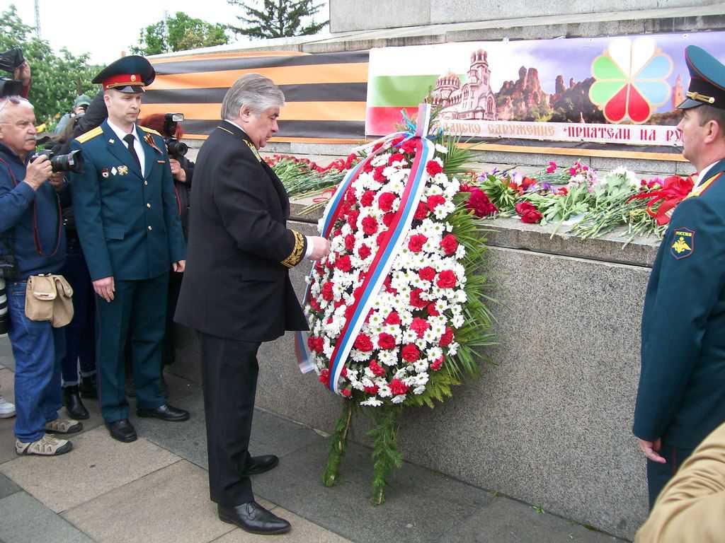 Посланик Анатолий Макаров поднесе венец пред паметника на Съветската армия. Венци поднесоха посланиците на още много страни. Снимка: Къдринка Къдринова