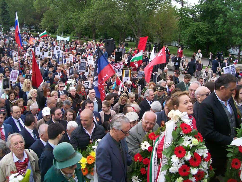 Стълбите към паметника се отрупаха с хора, понесли венци и цветя за героите, надвили хитлерофашизма. Снимка: Къдринка Къдрнова