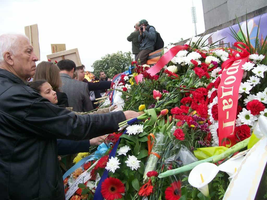 Подножието на паметника потъна в цветя. Снимка: Къдринка Къдринова