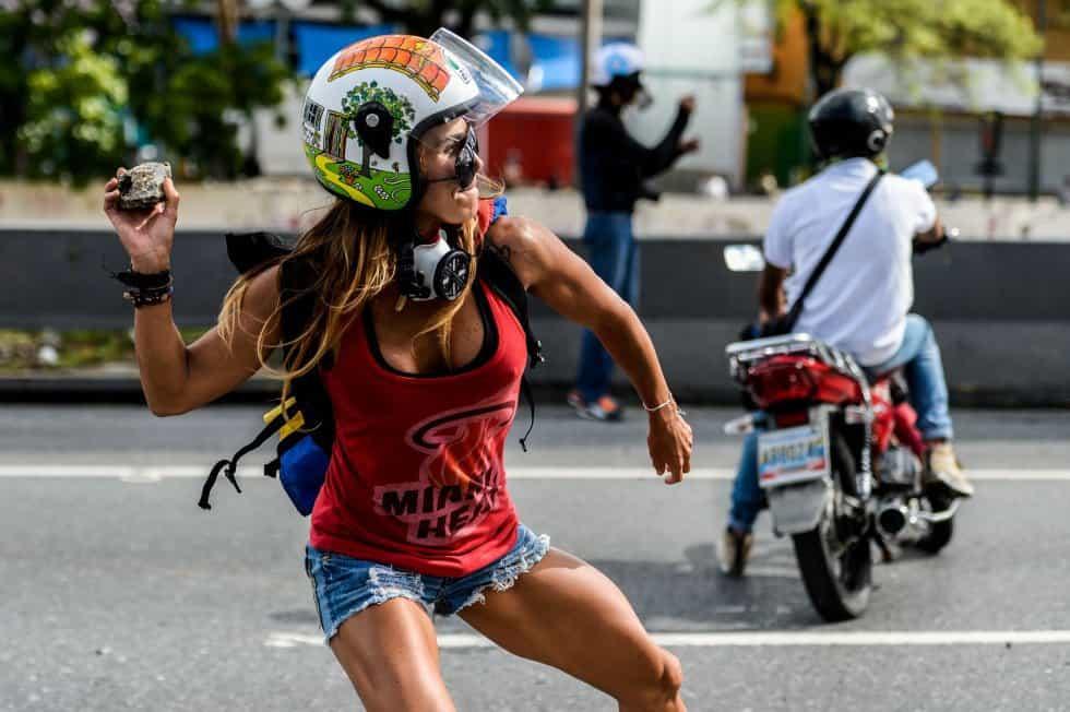 С такава протестърка в кадър сблъсъците могат да станат и еротично шоу. Източник: Ел Паис