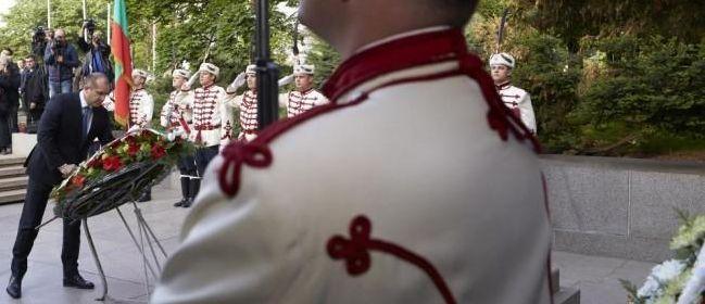 Президентът Румен Радев поднесе венец пред паметника на Незнайния воин. Снимка: Президентство