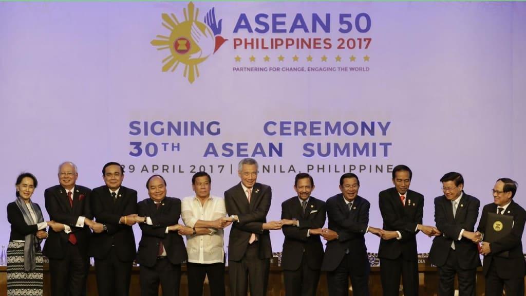 Снимка на участниците в току-що приключилата 30-та среща на върха на АСЕАН във Филипините. Снимка: normangeestar