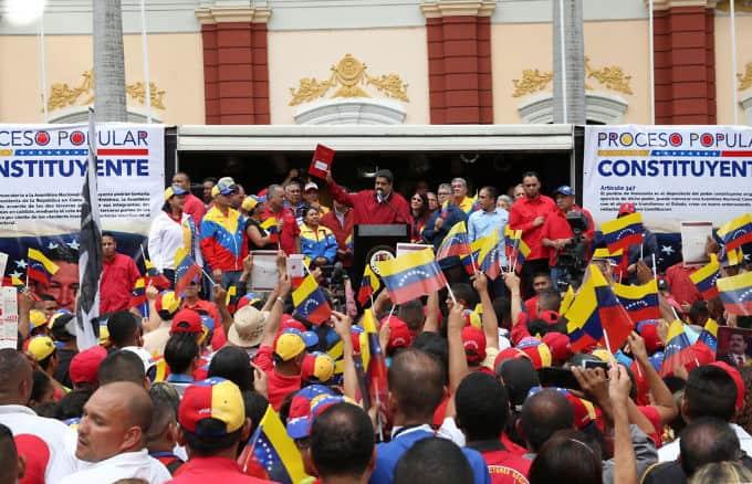 Президентът Николас Мадуро публично подписа на многохиляден митинг в Каракас декрета за свикване на избори за Конституционно събрание. Снимка: AVN
