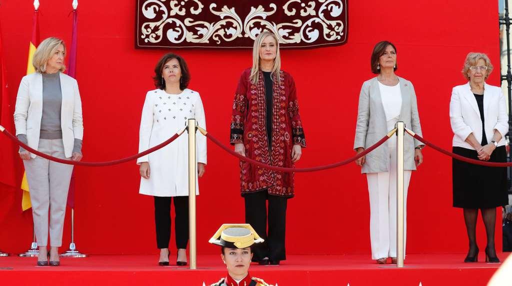 Отляво надясно: Консепсион Данкауса, представителка на централното правителство в местното правителство на Област Мадрид; вицепремиерката Сорая Саенс де Сантамария; председателката на Област Мадрид Кристина Сифуентес; председателката на местния парламент на Мадрид Палома Андрадос и кметицата на град Мадрид Мануела Кармена. Снимка: El Pais