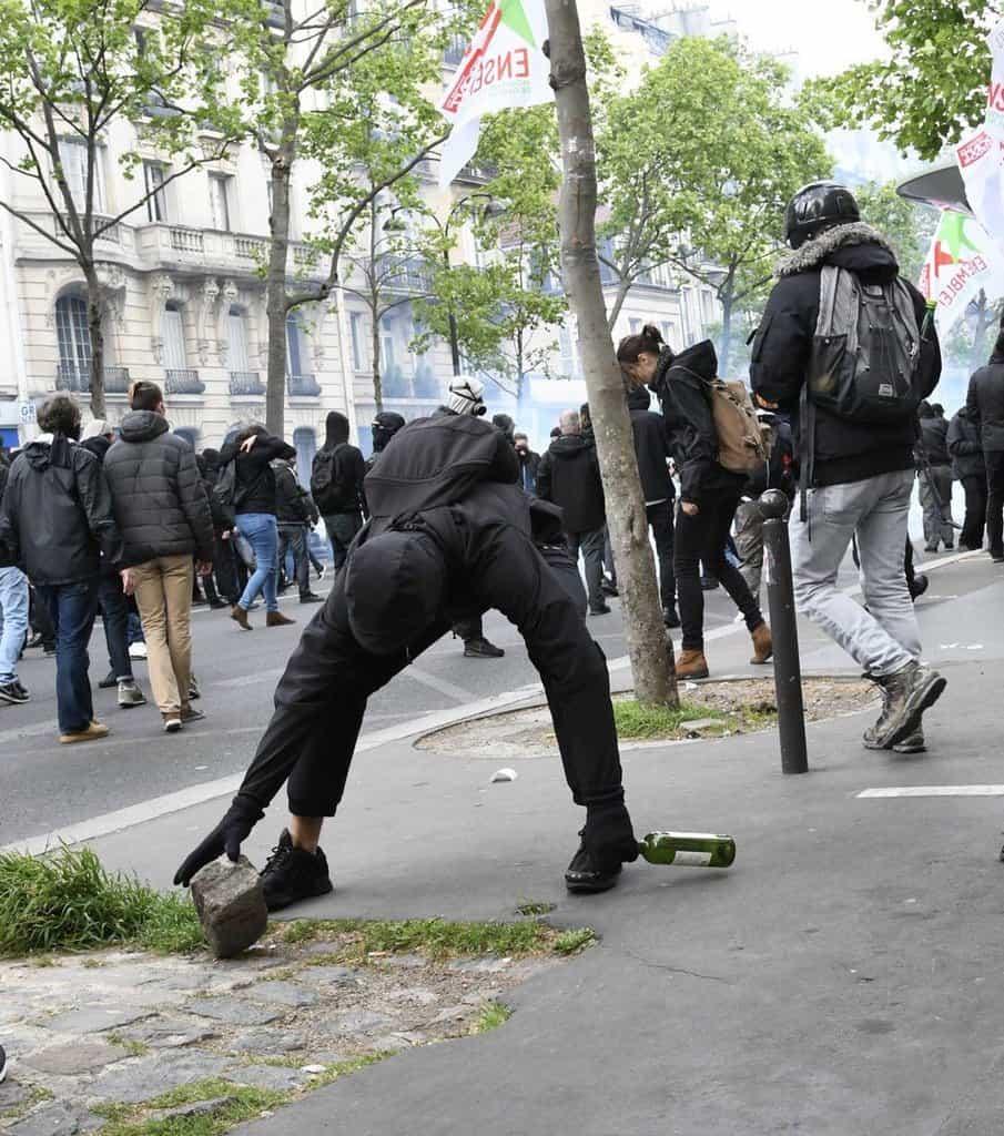 Ваденето на павета за мятане по полицията е запазена марка на парижките безредици още от май 1968-ма. Снимка: Prefecture de Police de Paris